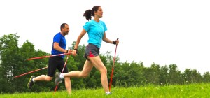 Mira a Martina bezi s holemi nordic running na louce v lete